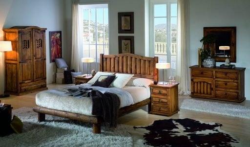 Dormitorio de madera maciza con troncos de pino teñido y encerado